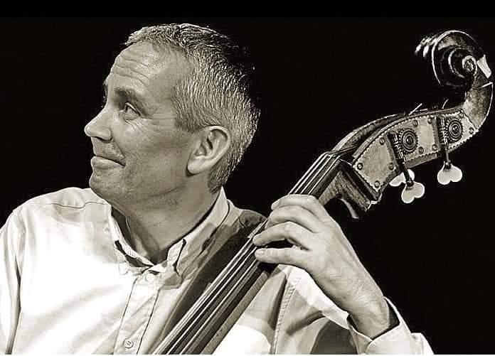O contrabaixista lidera un proxecto con outros tres músicos galegos
