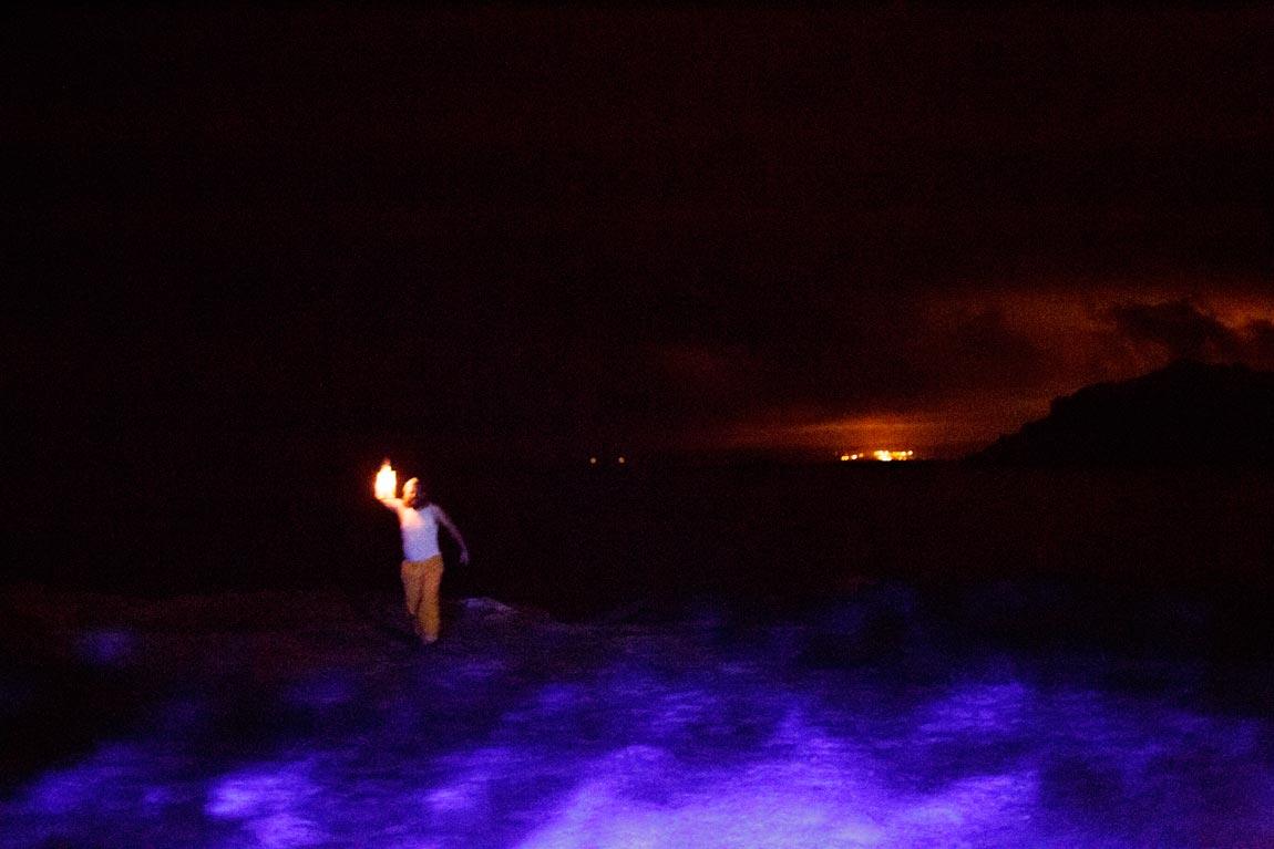 A Noite dos Naufraxios preséntanos en clave teatral a historia dos afundimentos da Costa da Morte en primeira persoa da man de personaxes sacados directamente das tumbas do pasado.