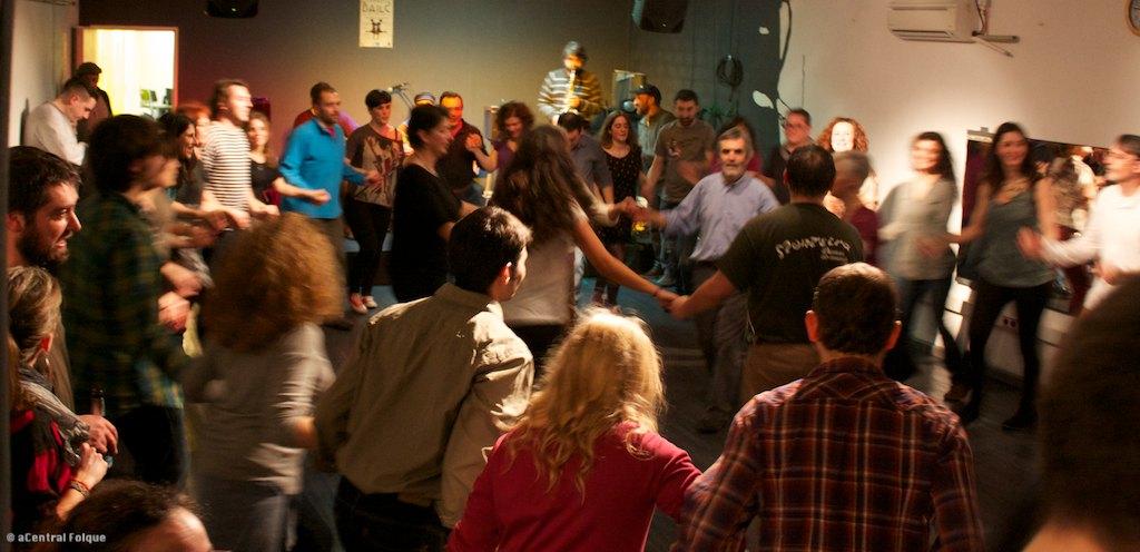 O baile tradicional mantense como unha actividade minoritaria cada vez máis vencellada á diversión