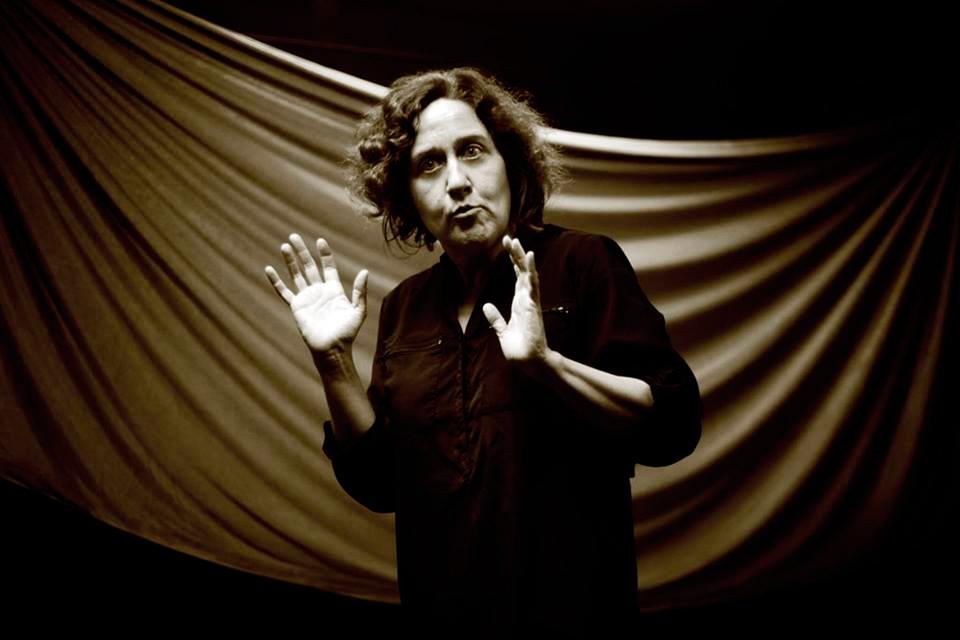 A montaxe interpretada por Paula Carballeira sitúase entre a narración oral e o teatro