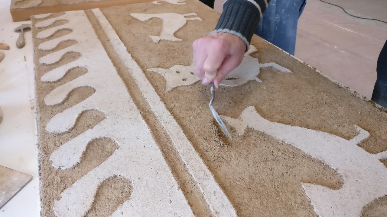 Malia ao esquecemento no que se atopaban as decoracións en cal, diferentes profesionais traballan para recuperar estas pezas