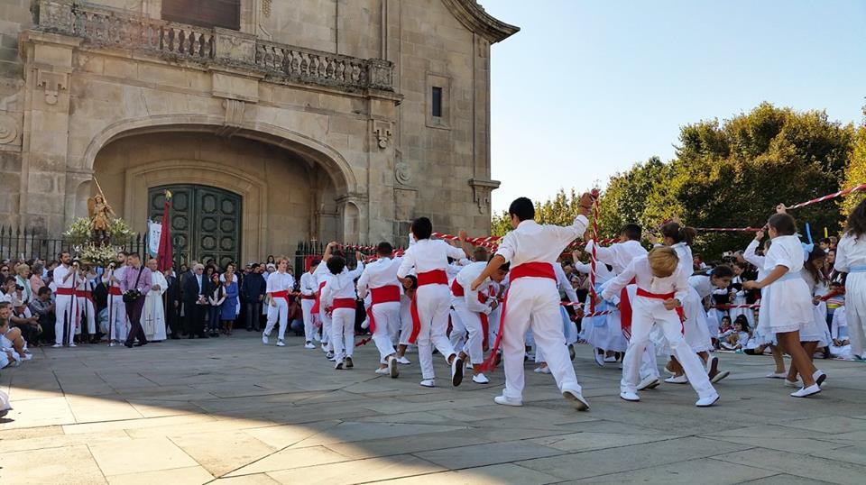 Representantes destes bailes tradicionais de todo o país encóntranse na vila este sábado