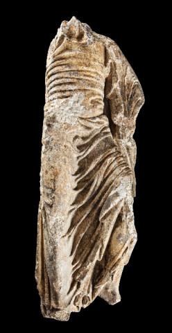 A figura masculina mutilada atribúese ao chamado Mestre dos Panos Mollados