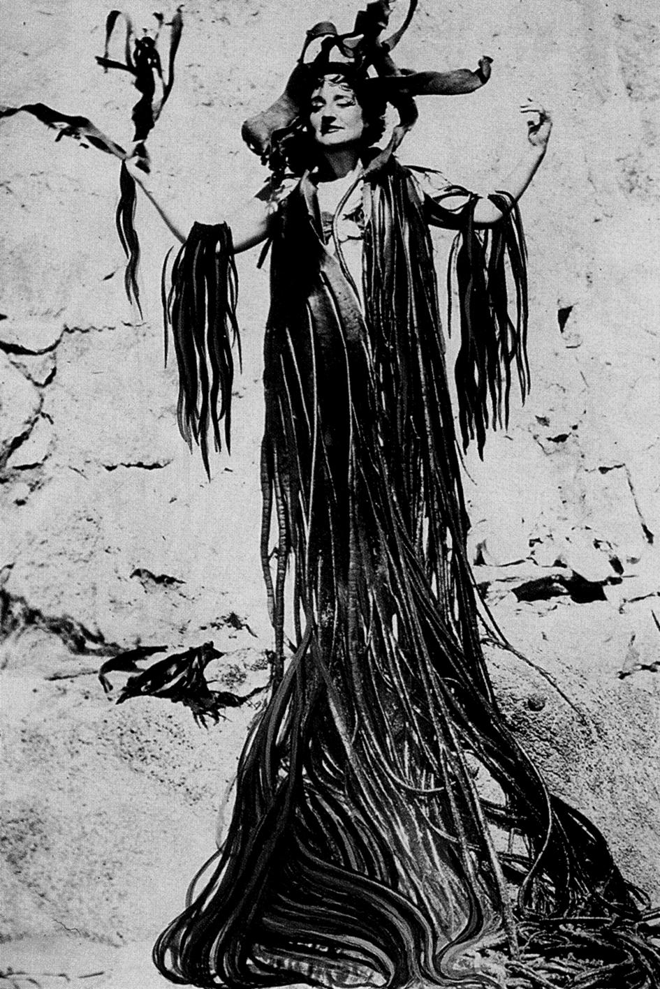 Maruja Mallo con manto de algas. Chile, 1945