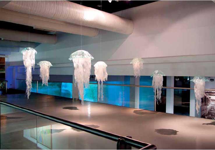 <i>Medusas</i> de Montse Rego. Vidro fusionado e eva.