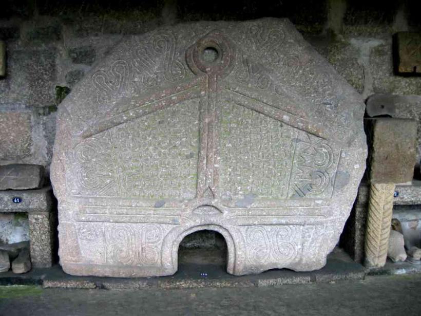 Pedra formosa dunha das saunas de Briteiros