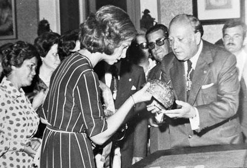 Manuel Chamoso Lamas coa Ra��a Sof�a amosando o casco de Leiro (A Coru�a, 1976). Fonte: Academia Galega de Belas Artes