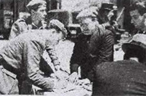 Chamoso Lamas como inspector de dep�sitos de Recuperaci�n Art�stica(asinando un acta) durante a Guerra Civil. Fonte: Academia Galega de Belas Artes