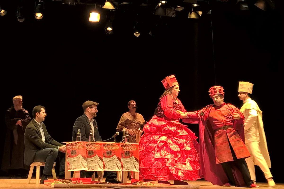 Dramatización durante a presentación da obra, ante Martiño Noriega e Jacobo Sutil. Foto: S. Montes