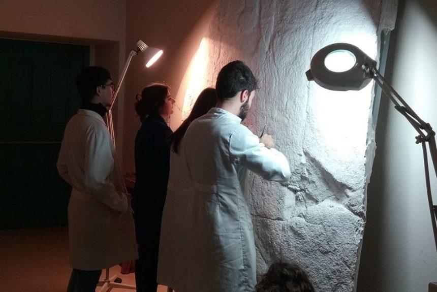 A comunidade de montes de Pedornes (Oia) recibe unha réplica exacta do emblemático petróglifo de Laxe dos Cebros