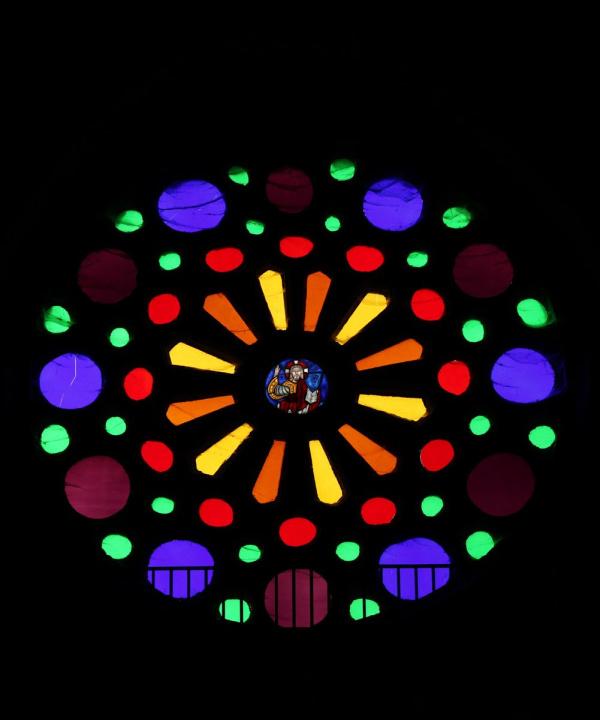 As obras en Santo Estevo de Ribas de Miño substitúen os vidros coloreados por outros transparentes
