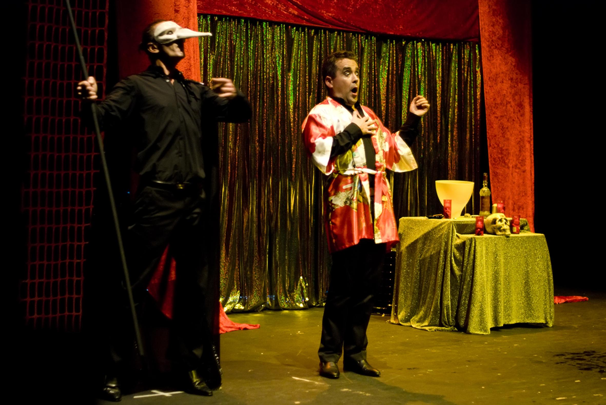 Os Confetti Brothers reflexiona aborda o éxito e a caída a golpe de comedia