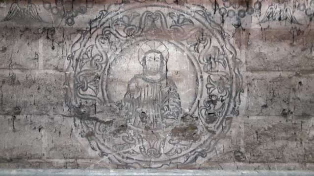 Atopábanse ocultas baixo o retablo maior