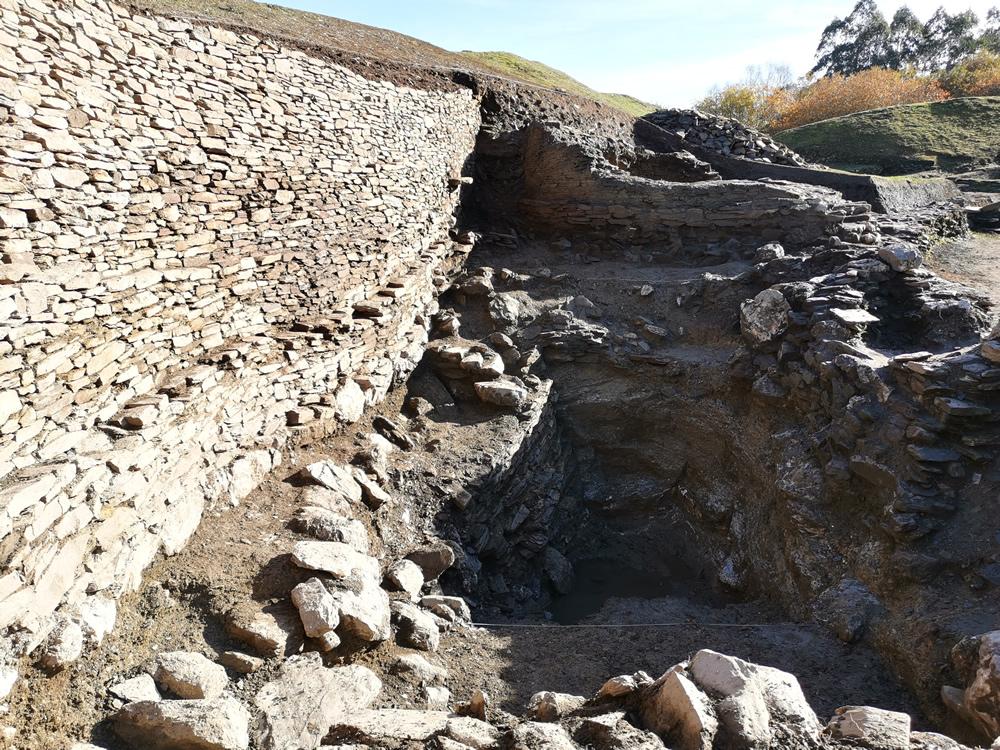 Un depósito de auga e un corpo de garda exterior á croa son os principais achados