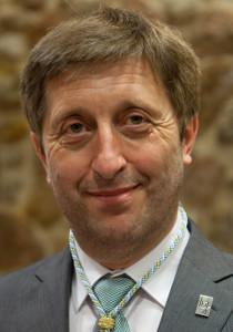O filólogo é tamén membro da Real Academia Galega e substitúe a Ernesto González